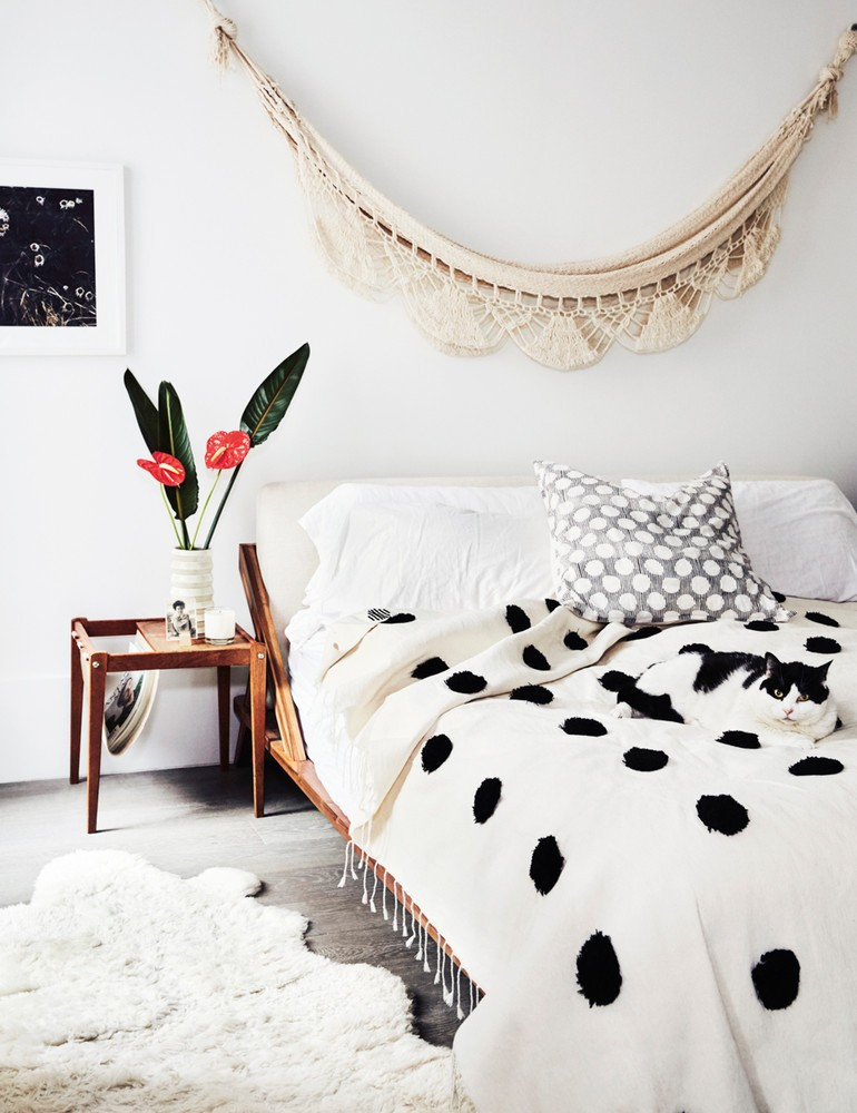 madewell-s-lead-designer-brings-the-cool-girl-look-home-white-bedroom-59d267e7d9b1651460d816bd-w1000_h1000