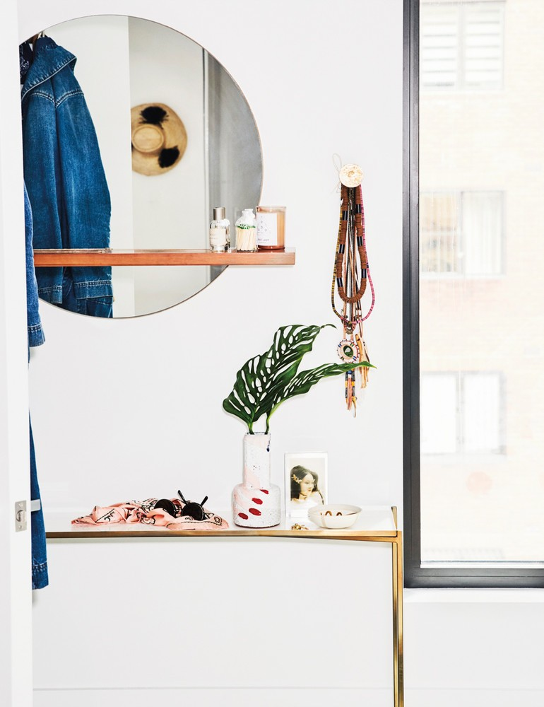 madewell-s-lead-designer-brings-the-cool-girl-look-home-white-entryway-59d267d81c2f5d146a42ee40-w1000_h1000