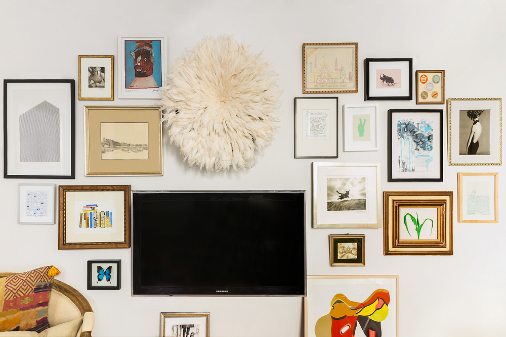 how-one-new-yorker-makes-262-square-feet-feel-spacious-gallery-wall-5a9708da604f27084a0d6697-w1000_h1000