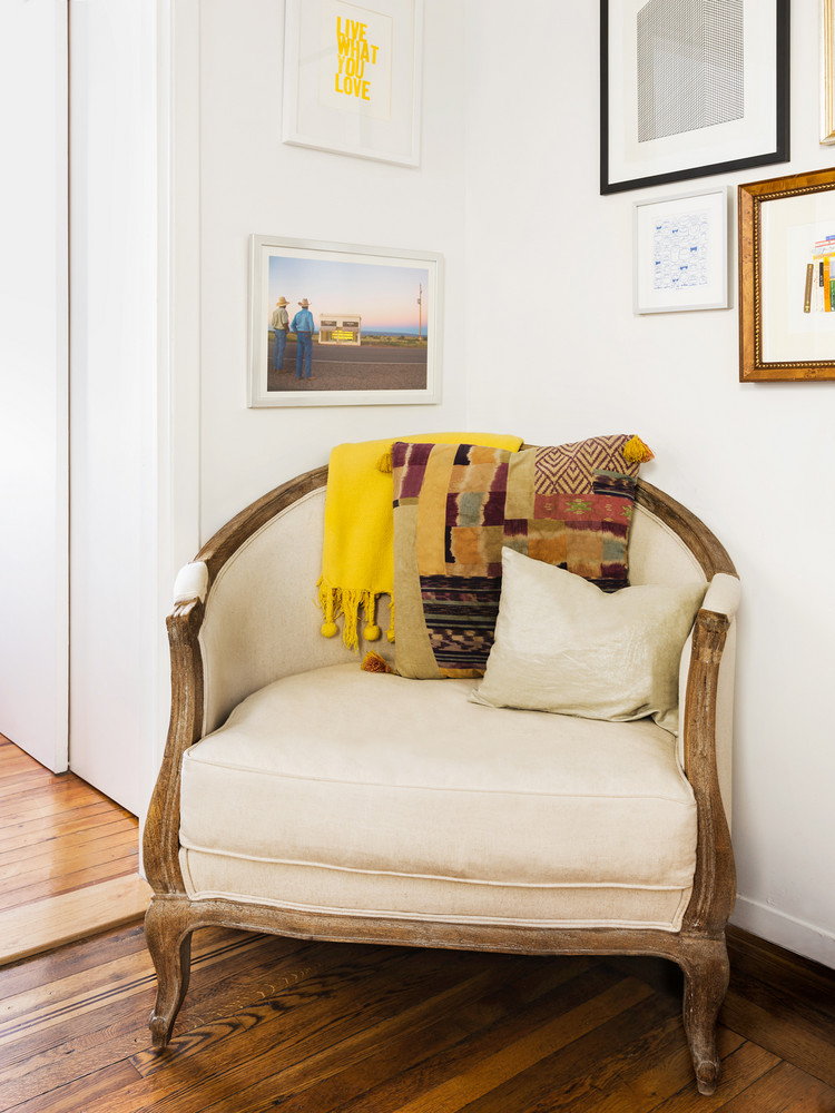how-one-new-yorker-makes-262-square-feet-feel-spacious-vintage-chair-colorful-throw-pillow-5a9708db727e7f083ec18d2b-w1000_h1000